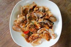 Зажаренные clams при положенный соус базилика Стоковая Фотография