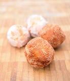Зажаренные donuts на деревянной плите. Стоковое фото RF