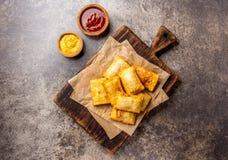 Зажаренные empanadas сыра Традиционная латино-американская закуска служила на деревянной доске с соусом и мустардом chili Взгляд  стоковые изображения