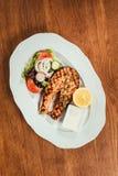 Зажаренные salmon части рыб с лимоном Стоковые Изображения