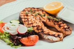 Зажаренные salmon части рыб с лимоном Стоковое Изображение RF
