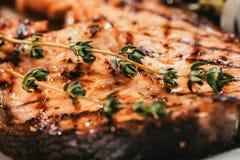 Зажаренные salmon части рыб с лимоном Стоковые Фото