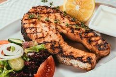 Зажаренные salmon части рыб с лимоном Стоковые Фотографии RF