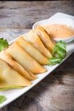 Зажаренные samosas с соусом Стоковые Изображения