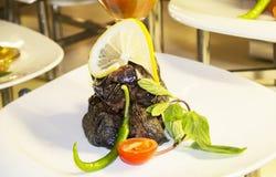 Зажаренный баклажан с мясом и рисом, луком, лимонным соком на верхней части Стоковые Фото