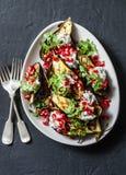Зажаренный баклажан с семенами фета, cilantro и гранатового дерева на темной предпосылке Очень вкусная закуска, тапы, закуски стоковое фото