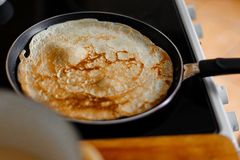 Зажаренный блинчик в сковороде Стоковое Фото