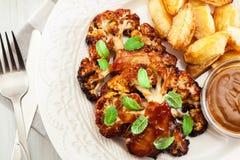 Зажаренный в духовке вегетарианцем стейк цветной капусты с травами Стоковое Изображение