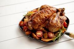 Зажаренный в духовке весь цыпленок в лотке литого железа черном стоковое фото