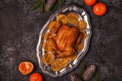 Зажаренный в духовке весь цыпленок с украшением рождества Стоковая Фотография
