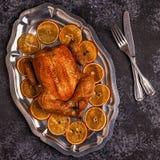 Зажаренный в духовке весь цыпленок с украшением рождества Стоковое фото RF