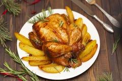 Зажаренный в духовке весь цыпленок с украшением рождества стоковое фото