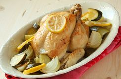 Зажаренный в духовке весь цыпленок Стоковое Изображение