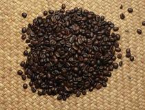 Зажаренный в духовке кофе в сплетенной предпосылке Стоковое фото RF