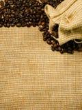 зажаренный в духовке кофе мешковины фасолей предпосылки Стоковая Фотография