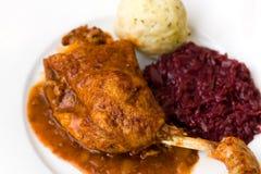 зажаренный в духовке красный цвет картошки ноги dumpli утки капусты Стоковое Изображение RF