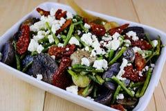 Зажаренный в духовке салат картошки & спаржи с сыром фета стоковое фото rf