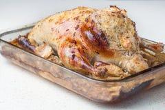 Зажаренный в духовке цыпленк цыпленок заполненный с подъемом на белую таблицу Стоковое Изображение RF