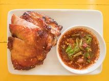 Зажаренный в духовке цыпленк цыпленок на белой плите стоковые фото