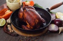 Зажаренный в духовке цыпленк цыпленок на деревянной предпосылке Стоковые Изображения