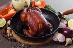 Зажаренный в духовке цыпленк цыпленок на деревянной предпосылке Стоковая Фотография
