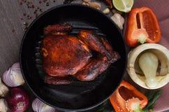 Зажаренный в духовке цыпленк цыпленок на деревянной предпосылке Стоковое Изображение