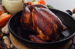 Зажаренный в духовке цыпленк цыпленок на деревянной предпосылке Стоковые Фотографии RF