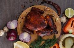 Зажаренный в духовке цыпленк цыпленок на деревянной предпосылке Стоковое Фото