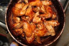 Зажаренный в духовке цыпленк цыпленок на деревянном столе, взгляд сверху Стоковое Изображение