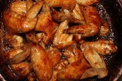 Зажаренный в духовке цыпленк цыпленок на деревянном столе, взгляд сверху Стоковое фото RF