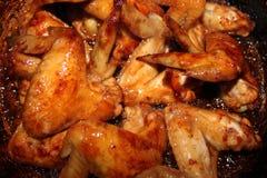 Зажаренный в духовке цыпленк цыпленок на деревянном столе, взгляд сверху Стоковые Фотографии RF