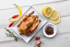 Зажаренный в духовке цыпленк цыпленок с травами и специями для обедающего праздника Стоковые Изображения