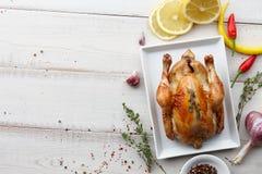 Зажаренный в духовке цыпленк цыпленок с травами и специями для обедающего праздника Стоковые Фото
