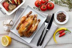 Зажаренный в духовке цыпленк цыпленок с травами и специями для обедающего праздника Стоковая Фотография