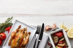 Зажаренный в духовке цыпленк цыпленок с травами и специями для обедающего праздника Стоковые Изображения RF