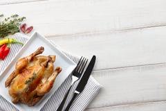 Зажаренный в духовке цыпленк цыпленок с травами и специями для обедающего праздника Стоковое фото RF