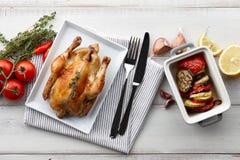 Зажаренный в духовке цыпленк цыпленок с травами и специями для обедающего праздника Стоковые Фотографии RF