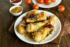 Зажаренный в духовке drumstick цыпленк цыпленка на белой плите Стоковые Изображения