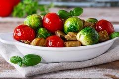 Зажаренный в духовке баклажан овощей, brussel - ростки, томаты Стоковое Изображение
