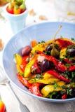 Зажаренный в духовке желтый и красный салат болгарского перца зажженные овощи Стоковые Изображения RF