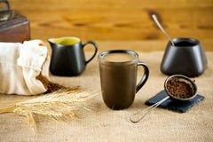 Зажаренный в духовке кофе напитка зерна с молоком Стоковая Фотография