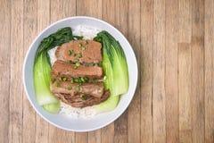 Зажаренный в духовке свинина с Bok Choy, капустой Пак Choi и рисом на деревянном ба Стоковые Фотографии RF