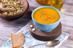 Зажаренный в духовке суп тыквы и моркови с семенами сливк и тыквы Стоковая Фотография RF