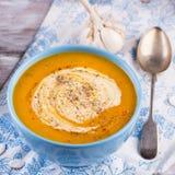 Зажаренный в духовке суп тыквы и моркови с семенами сливк и тыквы Стоковые Фото