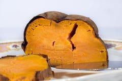 Зажаренный в духовке сладкий картофель в керамическом подносе Стоковые Изображения RF