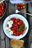 Зажаренный в духовке томат Caprese стоковое изображение