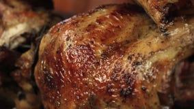 Зажаренный в духовке цыпленк цыпленок зажаренный на огне, барбекю В Южной Америке вызвал pollo brasa Ла видеоматериал