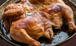 Зажаренный в духовке цыпленк цыпленок на железном лотке, домодельной еде Стоковое Изображение RF