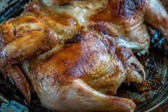 Зажаренный в духовке цыпленк цыпленок на железном лотке, домодельной еде Стоковые Изображения
