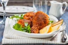 Зажаренный в духовке цыпленк цыпленок с лимоном и петрушкой на плите стоковое фото